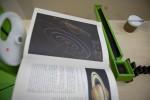 Actie-reactiebaan voor Nemo  De knikker komt vrij doordat het gat in het tandwiel voor het buisje komt. ⑧ De knikker valt op het boek en rolt in het bakje van de wip. ⑨ De wip staat op scherp en wipt naar beneden waardoor de knikker aan de andere kant van de wip ⑩ begint te rollen en uiteindelijk uit de wip rolt. Deze tikt de eerste dominosteen om.